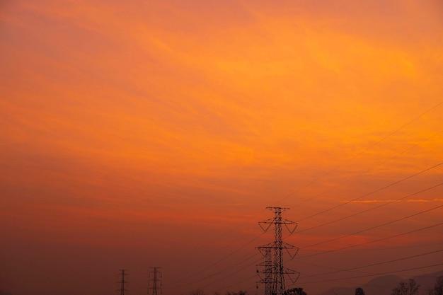 Strommasten und landschaft am abend bei sonnenuntergang