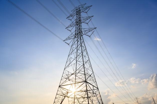 Strommasten und leitungen in der abenddämmerung oder hochspannungstürme am schönen himmel.