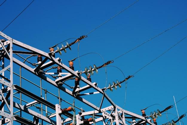Stromturm und blauer himmel, stromleitung