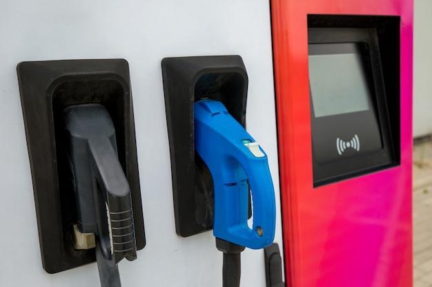 Stromversorgung zum laden von elektroautos. rosa ladestation für elektroautos