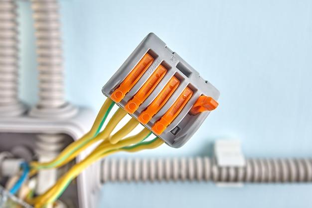 Stromverteilungsklemmenblock im anschlusskasten über der wandoberfläche installiert.