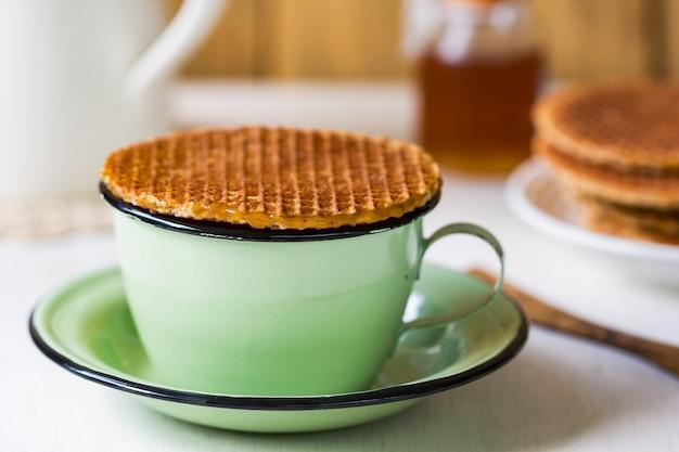 Stroopwafel auf kaffeetasse