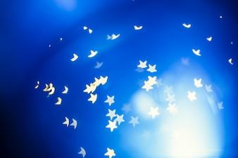 Strudel der weißen Sterne auf Blau
