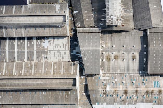 Strukturdachfabrik mit verwittertem und verfallenem