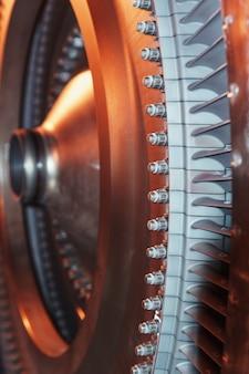Strukturelement einer gasturbine mit schaufeln für die luftfahrt und die stromerzeugung