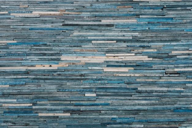 Strukturierter hintergrund aus verblassten blauen holzstapeln