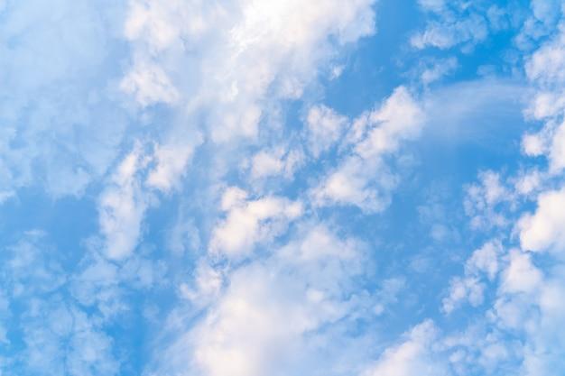 Strukturierter hintergrund mit blauem himmel und kleinen wolken, stock-foto