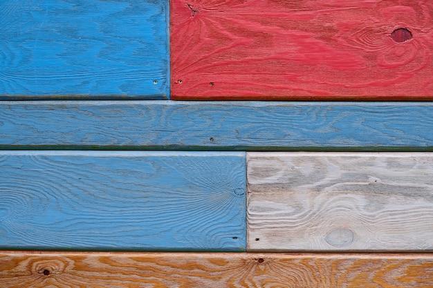Strukturierter hintergrund von hölzernen brettern von verschiedenen farben.