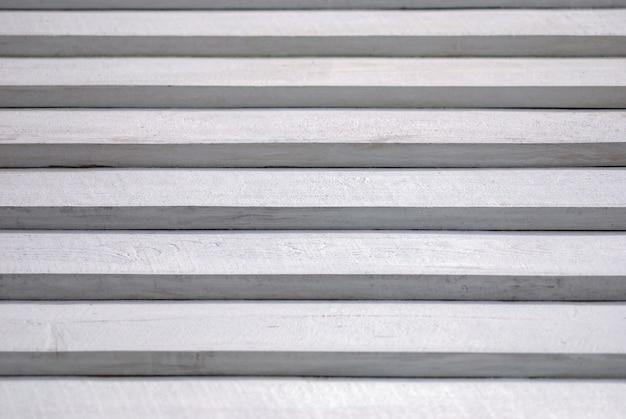Strukturierter weißer hintergrund von gemalten holzstufen mit licht- und schatteneffekt