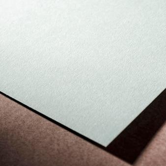 Strukturiertes papier auf braunem hintergrund