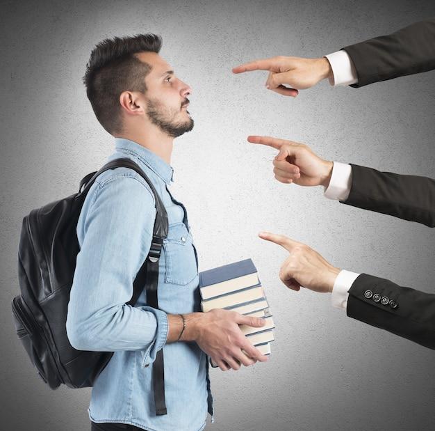Student an der universität von lehrern zu unrecht beschuldigt