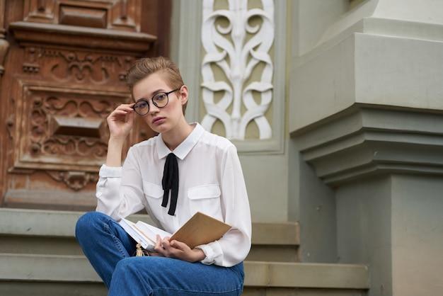 Student auf der straße in der nähe des gebäudes rest lifestyle. foto in hoher qualität