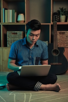 Student, der an computer arbeitet