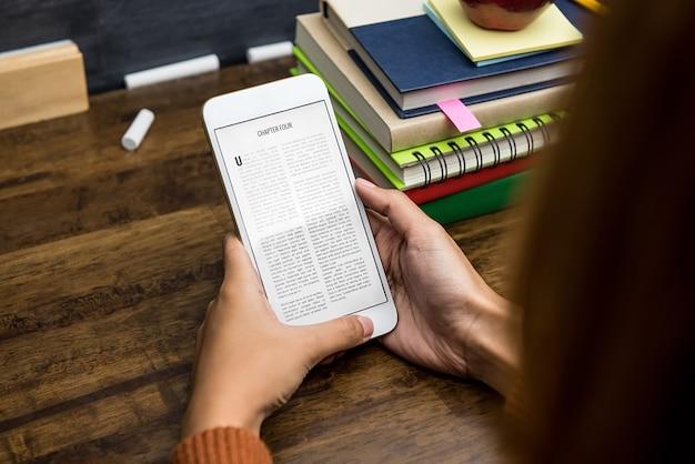 Student, der digitales elektronisches buch von der tablette liest