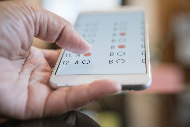 Student, der e-learning-prüfung auf tablet-computer prüft