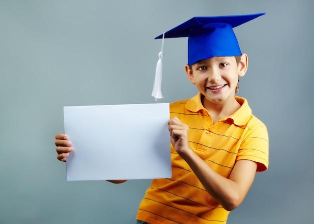 Student, der ein leeres papier zeigt