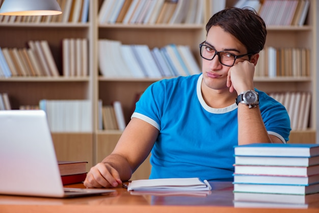 Student, der für collegeprüfungen sich vorbereitet