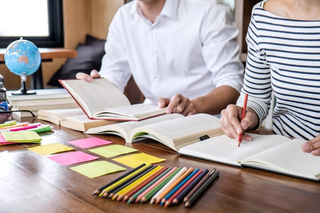 Student, der in der bibliothek studiert und liest, hausaufgaben macht und die vorbereitungsprüfung übt