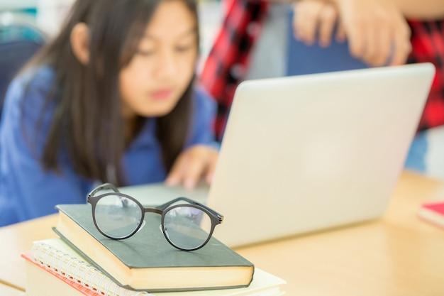 Student, der in der schulbibliothek studiert