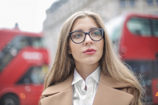 Student, der in die straßen in london geht