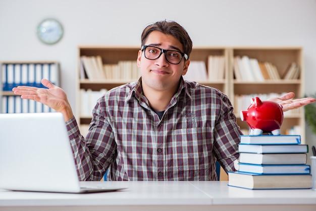 Student, der piggybank bricht, um für studiengebühren zu zahlen