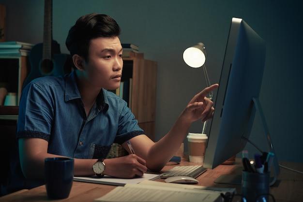 Student, der spät nachts hausaufgaben macht