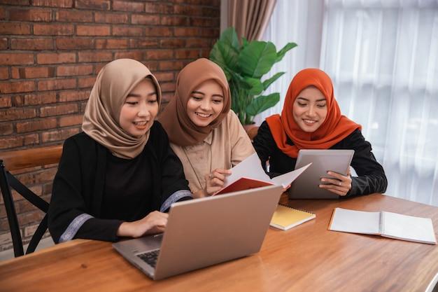 Student, der zusammen mit laptop diskutiert