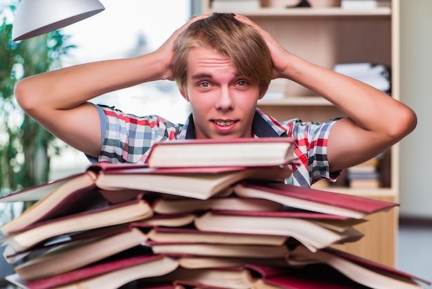 Student des jungen mannes, der für collegeprüfungen sich vorbereitet
