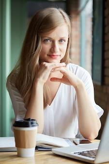 Student im café