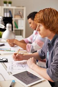 Student junge seine hausaufgaben machen