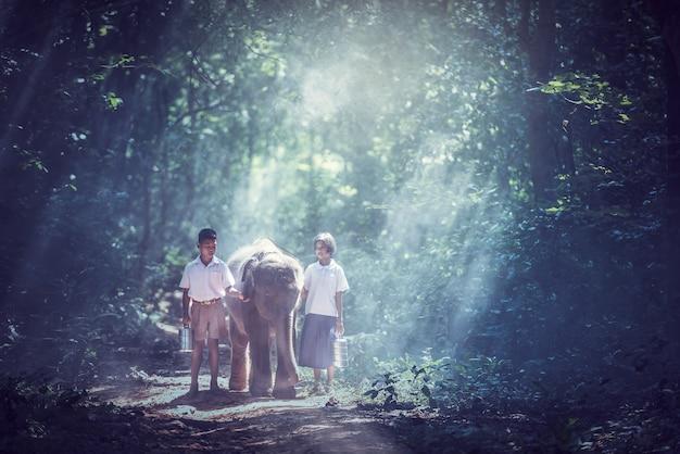 Student kleiner asiatischer junge und mädchen, landschaft in thailand