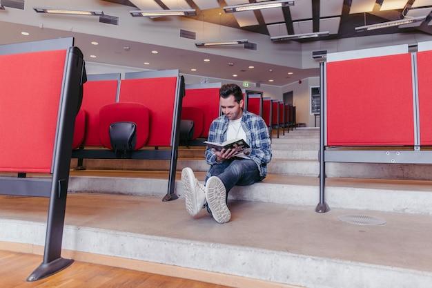 Student liest buch über schritte