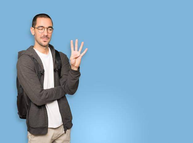 Student macht eine geste nummer vier