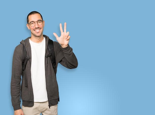 Student macht eine nummer drei geste