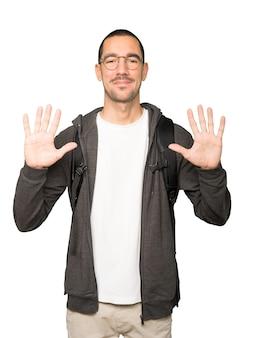 Student macht eine nummer zehn geste