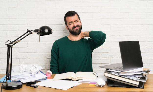 Student mann mit nackenschmerzen