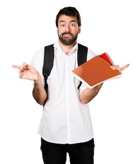 Student mann zeigt auf die seiten mit zweifeln