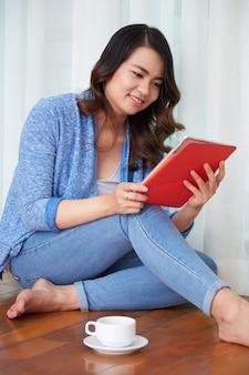 Student mit digitaler tablette