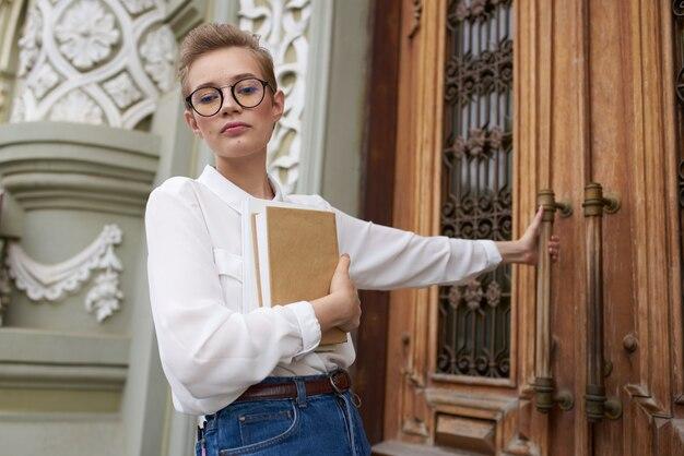 Student mit einem buch in den händen im freien, das lebensstil liest