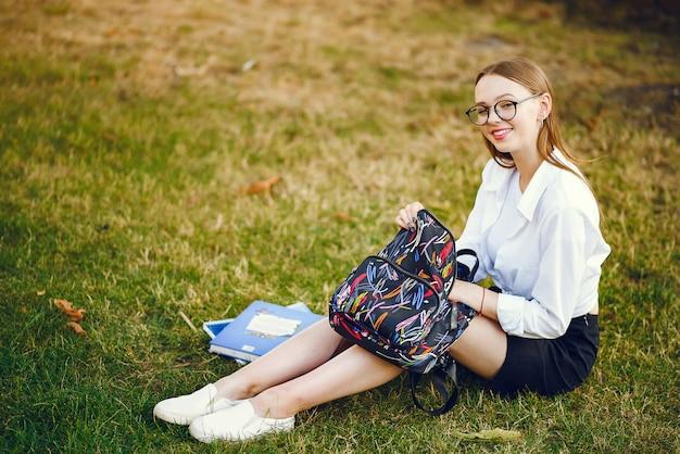 Student mit einem rucksack auf einem schulhof