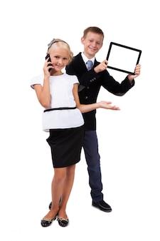 Student mit einem tablet und ein schulmädchen mit einem mobiltelefon
