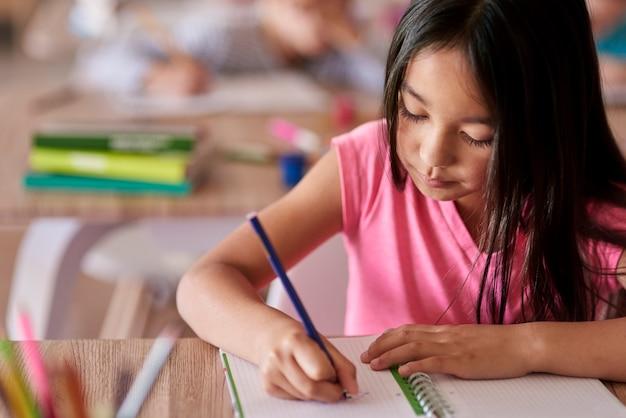 Student sitzt am schreibtisch während des unterrichts