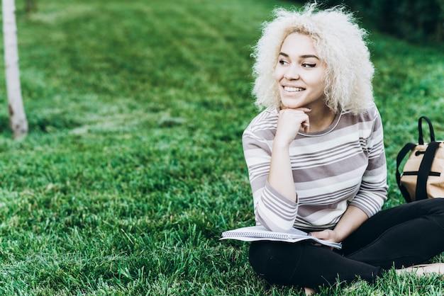 Student studieren im freien auf gras