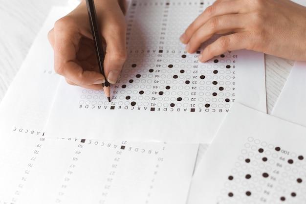 Student verwendet einen bleistift für einen prüfungstest