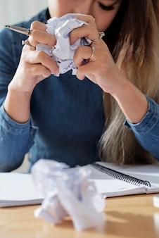 Student zerknittertes papier