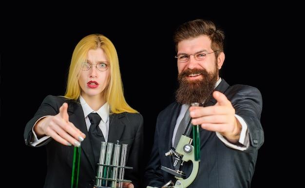 Studenten der naturwissenschaften im laborlabor der universität experimentieren laborassistenten mit reagenzgläsern und
