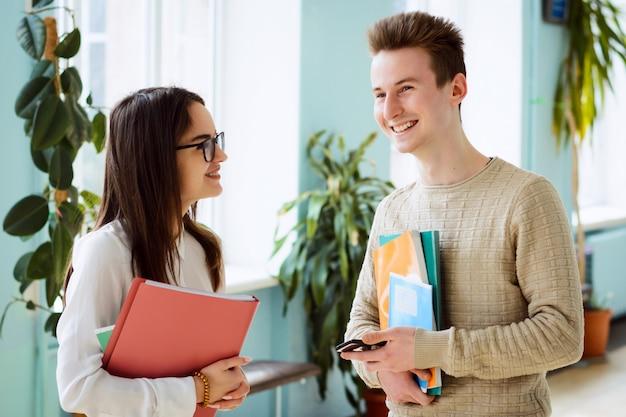 Studenten der universität verbringen in der pause zeit miteinander