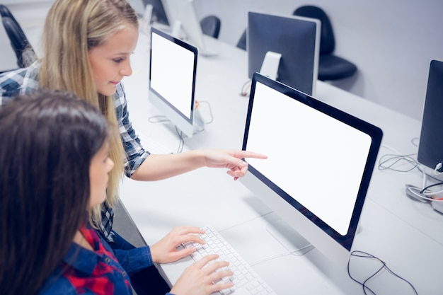 Studenten, die an computer an der universität arbeiten