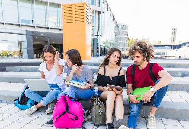 Studenten, die auf straße studieren