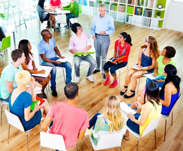 Studenten, die bildungs-hochschulunterrichtungs-konzept lernen